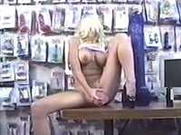 Блондинка, которая работает продавцом взрослых игрушек