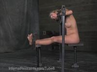 Щекотит ножки своей рабыни