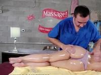 Завел сучку эротичным массажем