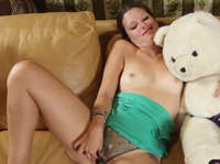 Плюшевый медвежонок трахнул привлекательную шатенку