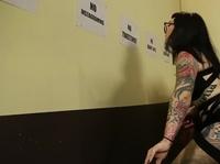 Татуированная красотка стоит раком