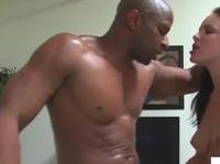 Нигга показал брюнетке своего щекотуна
