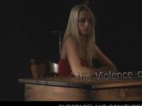 Утюжит сексуальную блонду