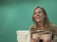 Приласкала киску с помощью секс игрушки