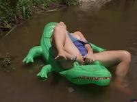 Плавает на крокодиле и слегка дрочит