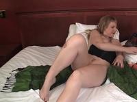 Опытная женщина веселит себя секс игрушкой