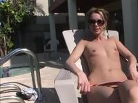 Плоскодонка эротично загорает около бассейна